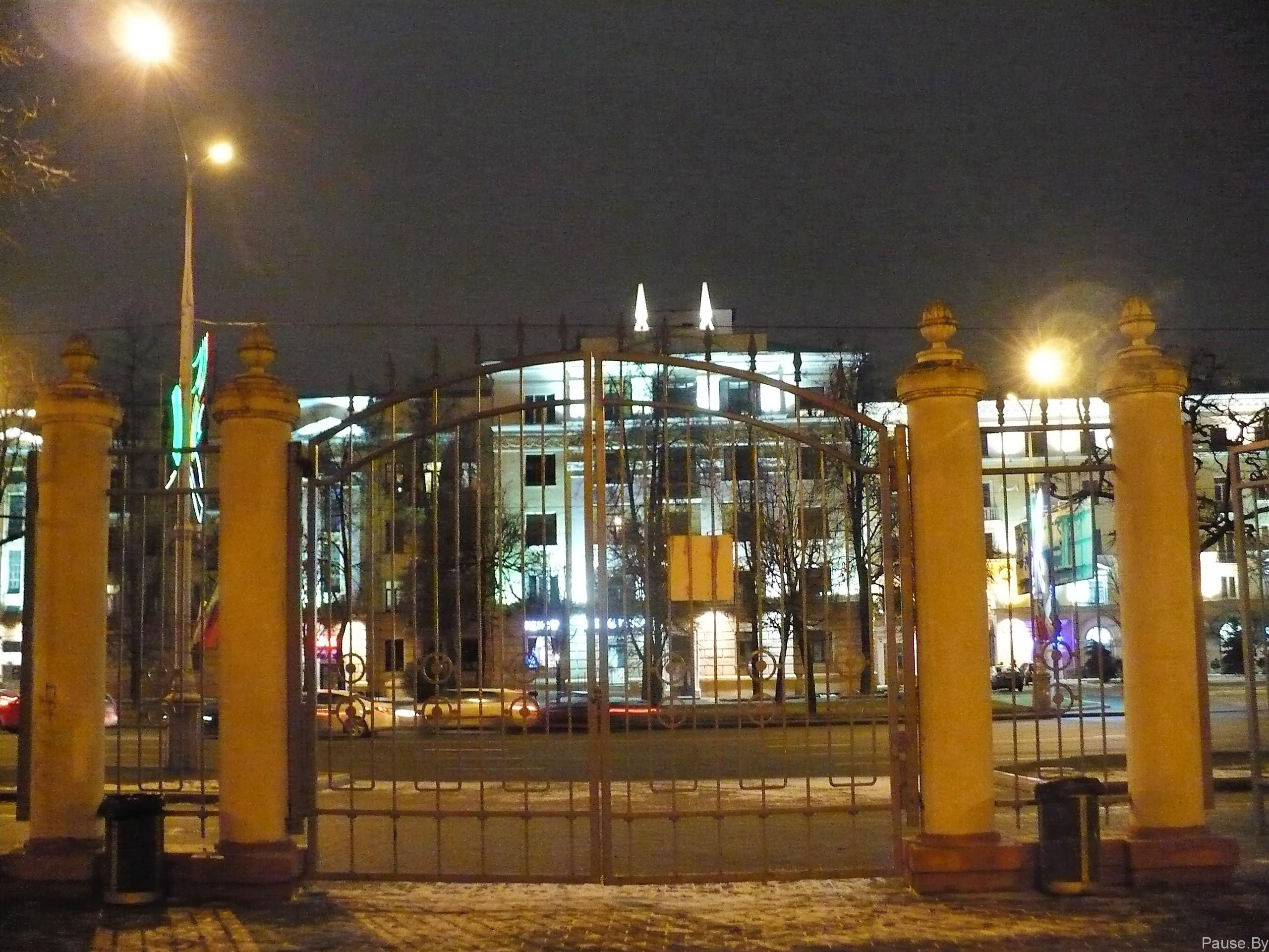 Парк им. Челюскинцев, выход на проспект Независимости город Минск