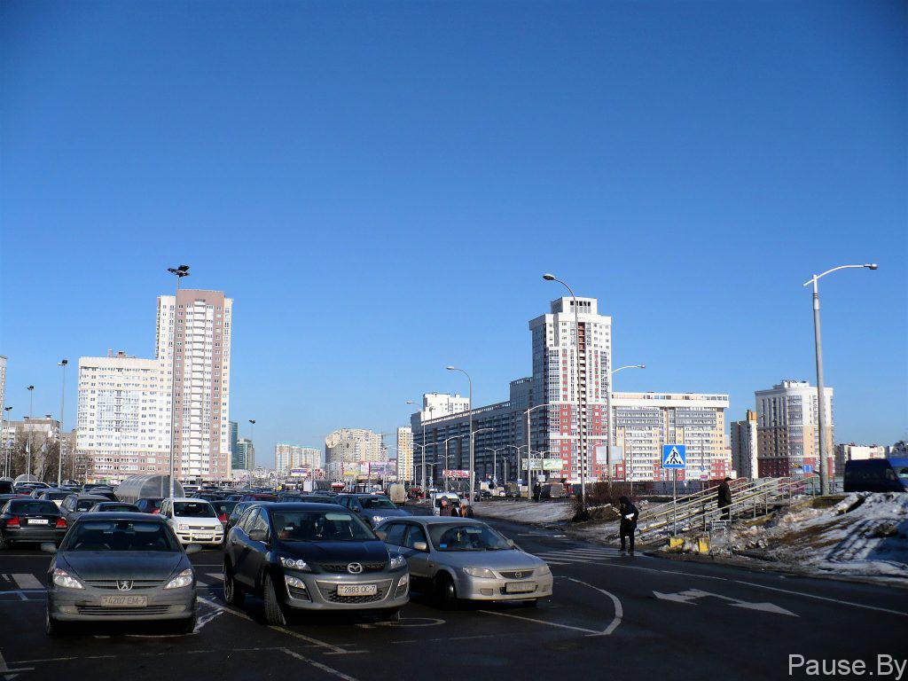 Дома и автостоянка на проспекте Дзержинского