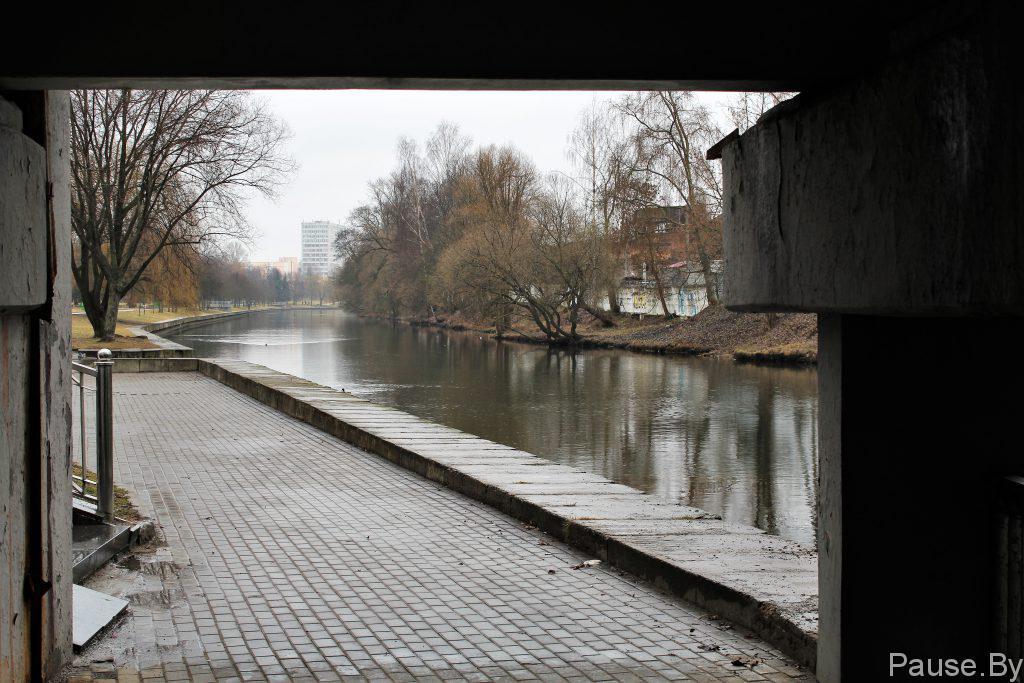 Velodorozhka pod mostom na ulitse Pervomayskoy v Minske.jpg