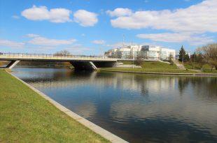 Most cherez reku Svisloch', v Minske na ulitse Orlovskoy.jpg