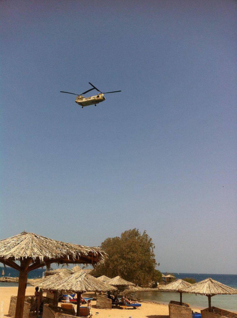 Вертолет над пляжем в Египте.jpg