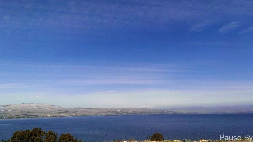 Галилейское море через которое течет священная река Иордан.jpg