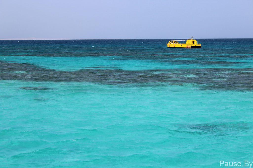 Желтый батискаф над кораллами в Красном море.jpg