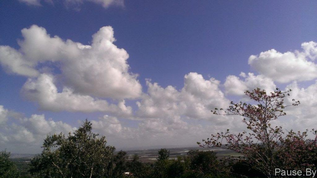 Белые облака над долиной Ярден, в Израиле.jpg