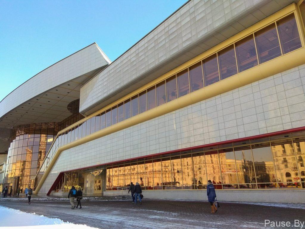 Железнодорожный вокзал Минск в хороший солнечный день.jpg
