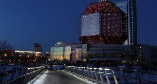 Мост с подсветкой, возле Национальной Библиотеки, поздним весенним вечером.jpg