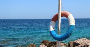 Спасательный круг на пляже Красного моря.jpg