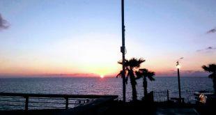 Zakat Solntsa v Sredizemnom more, plyazh goroda Bat Yam.jpg